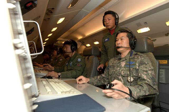 정경두 합참의장이 항공통제기 피스아이에서 각급 부대 작전요원들과 지휘통화를 하고 있다.  합참 제공