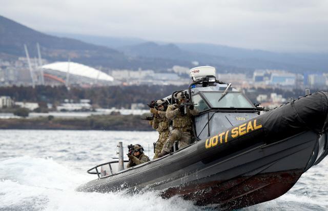 해군제주기지전대에 전개해 있는 특수전전단 특임대원들이 8일 제주민군복합항에서 실시된 대테러 훈련에서 고속단정을 타고 기동하고 있다. 양동욱 기자