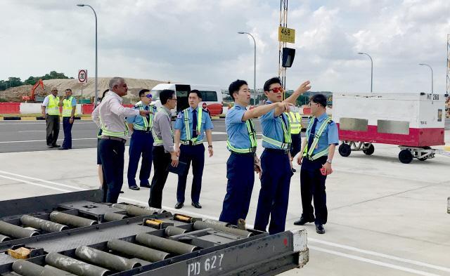 다음달 6~11일 열리는 싱가포르 에어쇼 참가 준비를 위해 싱가포르 창이 국제공항을 방문한 공군 사전답사팀이 공항 관리자와 함께 주기장 및 비행정비 환경을 점검하고 있다.  사진 제공=김정현 대위