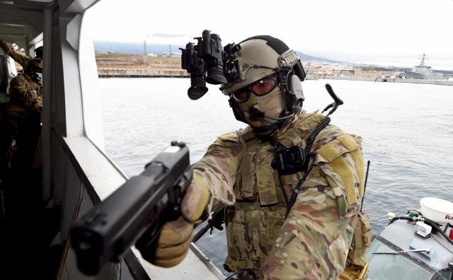특수전전단 특임대원이 크루즈선을 모사한 해경정에 승선해 총을 겨누고 있다. 양동욱 기자