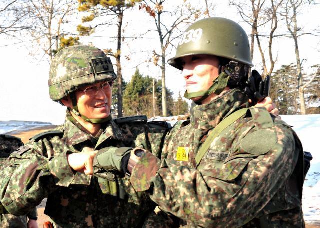김용우 육군참모총장이 10일 충남 논산 육군훈련소를 찾아 교육훈련 중인 훈련병과 피스트 범프(Fist Bump: 주먹 인사)를 하며 격려하고 있다.  육군 제공