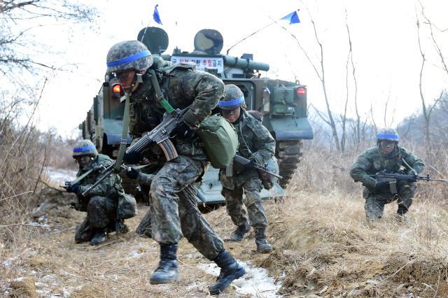 육군 20기계화보병사단 K2 흑표전차 대대 장병들이 K21 보병전투장갑차에서 하차하고 있다.  사진=한재호 기자