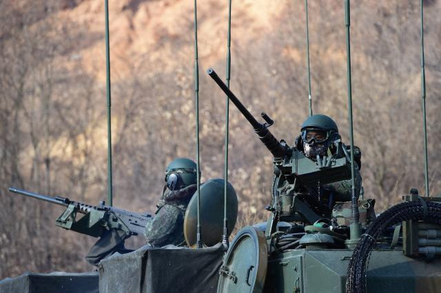 육군 20기계화보병사단 K2 흑표전차 대대 장병들이 K277 지휘장갑차에서 대공 경계를 하고 있다.  사진=한재호 기자
