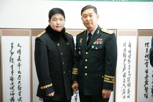 부자(父子) 육군 학사장교 1호 이상윤(오른쪽) 준장이 전역식 후 이대희 대위와 함께 기념사진을 찍고 있다.   부대 제공