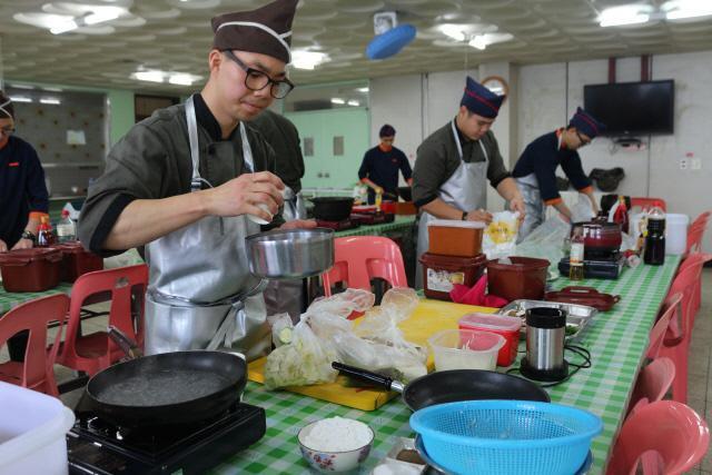 육군7사단 진북 GOP대대 추가 반찬 경연대회에 참가한 장병들이 잔반에 많이 발생하는 식재료를 활용해 요리를 하고 있다. 부대제공