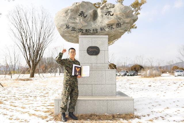 헌혈 200회를 달성한 육군3공수특전여단 조병정 원사가 대한적십사자에서 받은 명예대장 포장증을 들고 있다.    부대 제공