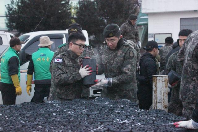 육군8사단 독수리여단 장병들이 경기 포천시 영북면 일대에서 연탄 나눔 봉사활동을 하고 있다.   부대 제공