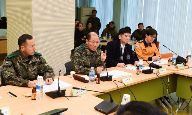 김정수(중장·왼쪽 둘째) 육군수도방위사령관이 10일 서울역 회의실에서 유관기관 관계자들과 평창동계올림픽 기간 서울도심을 통과하는 경강선 KTX 경비지원 방안에 대한 현장토의를 하고 있다. 이경원 기자