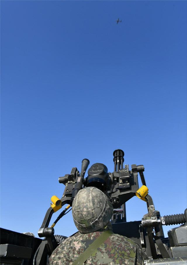 공군8전투비행단 대공방어대 발칸 요원이 가상 적기 역할을 수행하는 KA-1 공중통제 공격기를 추적하며 교전준비를 하고 있다.  사진 제공=안재경 원사