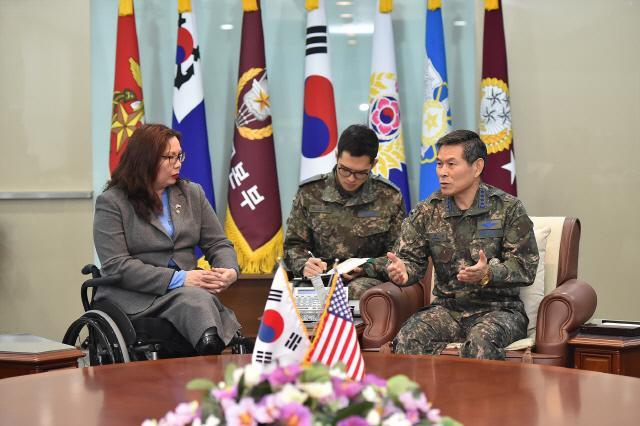 정경두 합참의장이 15일 미국 민주당 상하원 대표단으로 한국을 찾은 태미 덕워스 상원의원과 평창동계올림픽의 성공적 개최를 위한 양국 공조방안에 관해 논의하고 있다.    합참 제공