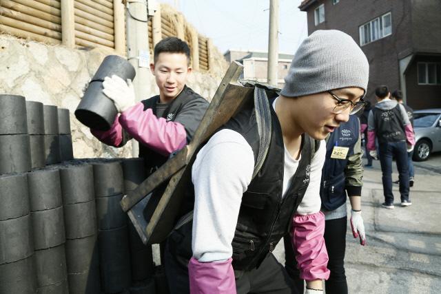 육군사관학교 군사사학과 생도들이 서울시 노원구 상계동 일대에서 사랑의 연탄배달 봉사활동을 펼치고 있다.  육사 제공