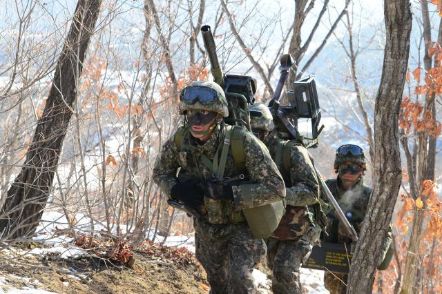 육군27사단 상승독수리연대 3대대 소속 병사들이 육중한 K4 고속유탄기관총을 분리해 짊어지고 산길을 이동하고 있다. 조종원 기자