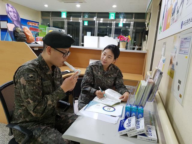 육군훈련소의 한 장병이 일산화탄소 측정기로 체내 일산화탄소 농도가 얼마인지를 확인하고 있다.  부대 제공