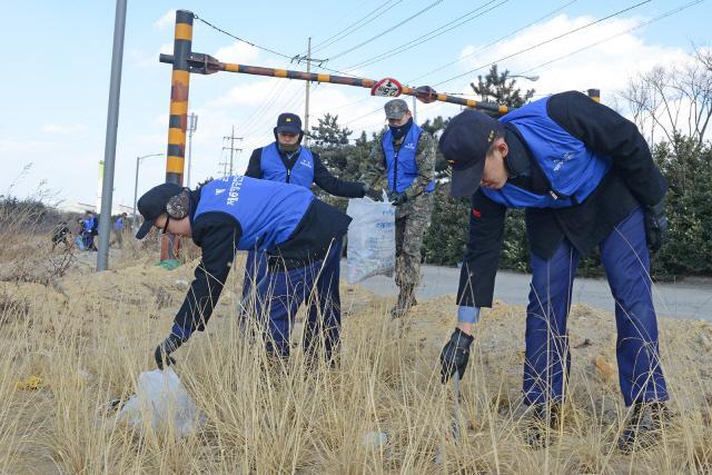 해군6항공전단 장병들이 12일 경북 포항시 남구 청림동 일대에서 아름다운 지역사회를 만들기 위한 환경정화 활동을 하고 있다.  부대 제공