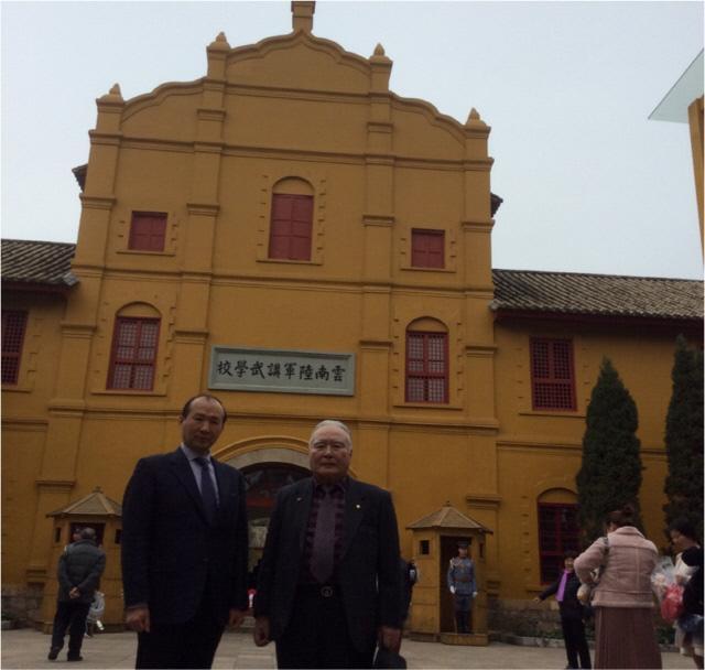오늘날 윈난육군강무학교의 모습. 옛 모습과 크게 다르지 않다. 철기이범석기념사업회장(왼쪽)과 사무총장이 학교 앞에서 찍은 기념사진.