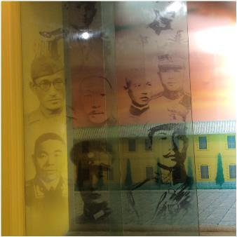 윈난육군강무학교에 전시된 자랑스러운 항일영웅 중 한 명으로 이범석 장군 얼굴(점선 안)이 보인다.