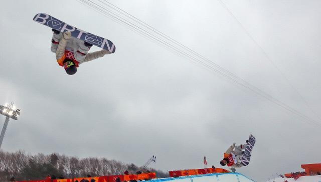 14일 오전 강원 평창군 휘닉스 파크에서 열린 2018 평창동계올림픽 스노보드 남자 하프파이프 결승에서 스위스 패트릭 버그너가 점프를 하고 있다. 다중 노출. 연합뉴스