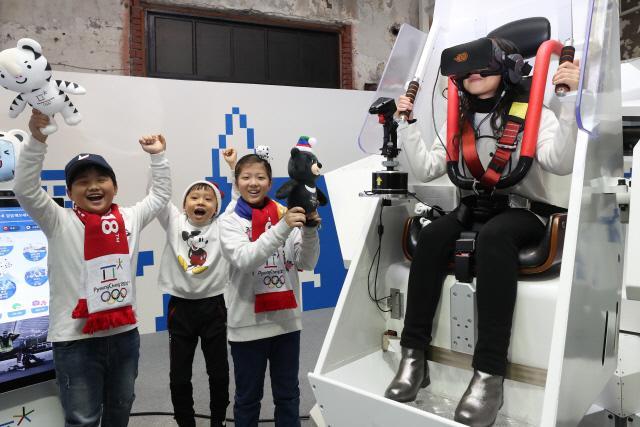 서울 중구 문화역서울284에서 열리는 '두 번의 올림픽, 두 개의 올림픽' 전시장을 찾은 어린이가 가상현실(VR) 기기로 올림픽 종목 체험을 하고 있다.   연합뉴스