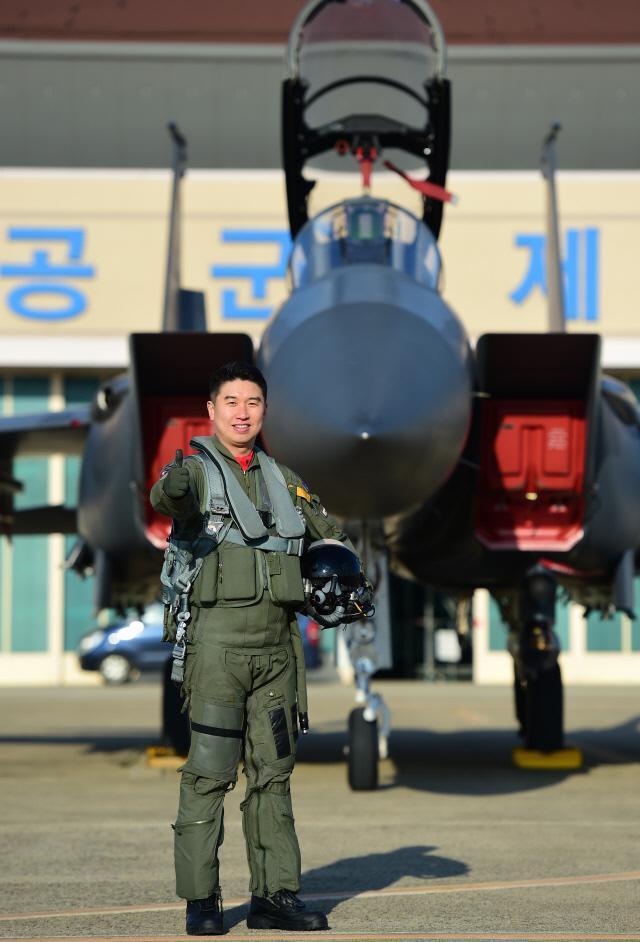 공군 최우수 조종사로 선정돼 대통령 표창을 받은 11전투비행단 122대대 전상옥 소령이 F-15K 전투기 앞에서 기념사진을 찍고 있다.  대구=한재호 기자
