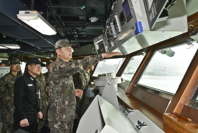 엄현성 해군참모총장이 12일 경남 창원시 진해기지에 정박 중인 차기 호위함 2차 사업(Batch-II) 1번함 대구함 함교에서 전력화 훈련을 점검하고 있다.  사진 제공=박보훈 하사