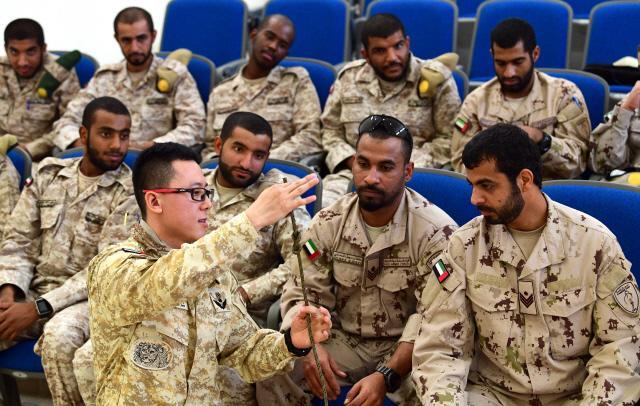 지난해 9월 UAE군 자에드 군사기지에서 아크부대 산악전 자문관이 UAE 특수전대대 장병들에게 매듭법을 알려주고 있다.  조종원 기자