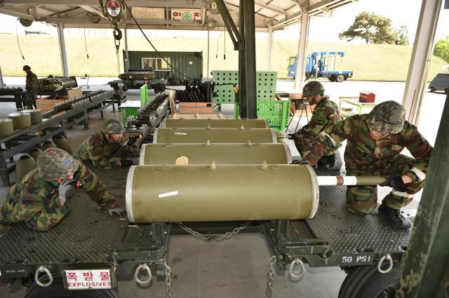 공군1전투비행단이 전투지휘검열 실제기동훈련(FTX)의 하나로 실시한 '대량 탄약 지속 조립 훈련'에서 탄약정비사들이 2.75인치 로켓발사기 LAU-3 탄약을 조립하고 있다.  사진 제공=서진철 중사