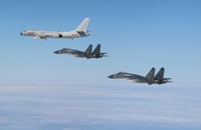중국이 보유한 전력 가운데 장거리 능력을 갖춘 장비인 H-6K 폭격기(맨위)와 J-11 전투기가 비행하고 있다.  연합뉴스