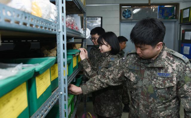 격오지 부대 견학 교육에 참가한 공군18전투비행단 보급대대 소속 초급·전입 간부들이 해발 1400m 고지에 위치한 8785부대를 찾아가 보급품을 살펴보고 있다.  사진 제공=신석현 하사