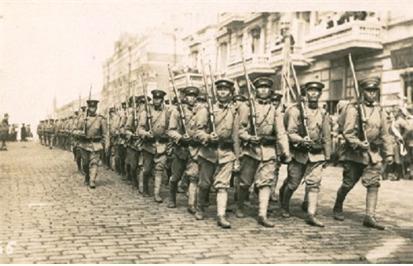 시베리아로 출병하기 위해 블라디보스토크 항구에 도착한 일본군.