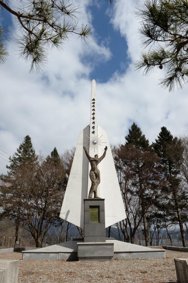 중공군을 격파했다는 의미를 지닌 파로호가 내려다보이는 언덕에 세워진 파로호 자유수호탑.