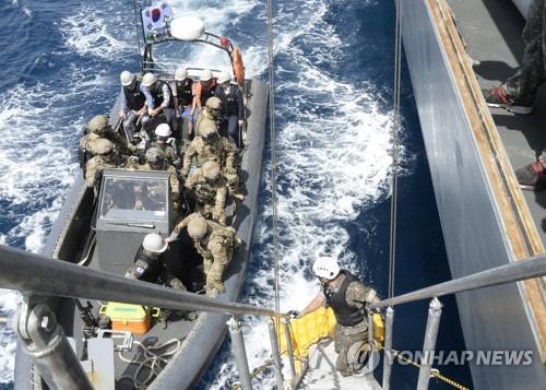 지난달 26일(현지시간) 아프리카 가나 해역에서 나이지리아 해적에게 납치되었던 마린 711호에 타고 있던 국민 3명이 지난 29일 청해부대 고속단정에서 문무대왕함으로 편승하고 있다. 합참 제공