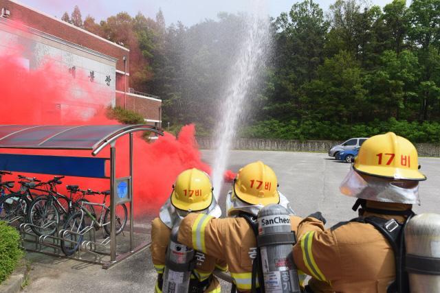 공군17전투비행단이 기지 내 매봉관 일대에서 실시한 '다중이용시설 화재대피 훈련'에서 소방요원들이 화재진압 작전을 수행하고 있다.  사진 제공=오은영 하사