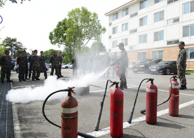 공군10전투비행단이 실시한 '소화기·소화전·심폐소생술(소·소·심)' 교육에서 소방중대 요원이 장병들에게 소화기 사용법 시범을 보이고 있다.  부대 제공