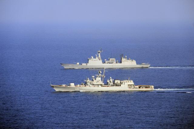 소말리아 해역에서 한국 선박들을 해적들로부터 보호하기 위해 아덴만에 파견된 청해부대 14진 최영함(위)과 우크라이나 해군 사하이다츠니함이 2014년 2월 1일 전술기동 훈련을 하고 있다. 합참제공