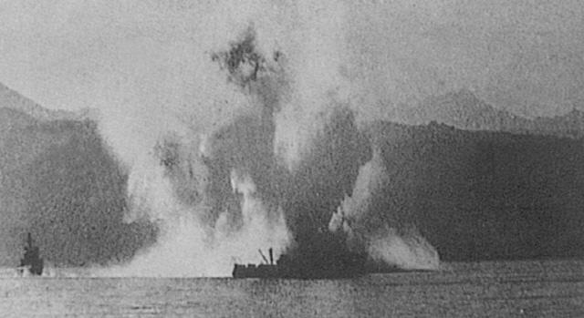 1950년 10월 18일 원산 여도 근해에서 소해작전 중 기뢰 접촉으로 침몰되는 공주정.