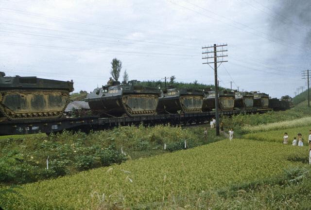 전선으로   미군 장갑차들이 화물열차에 실려 전선으로 향하고 있다.