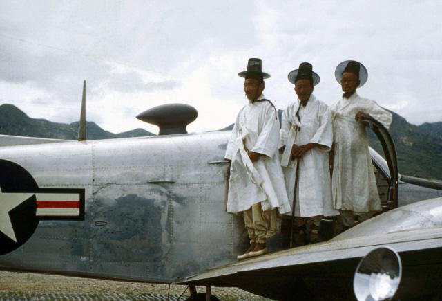 날개 위에서   미군 전투기 날개에 올라탄 도포 입은 한국 사람들.