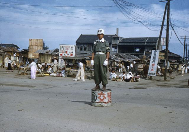 대전역 인근 중앙로에서 교통정리를 하는 헌병.
