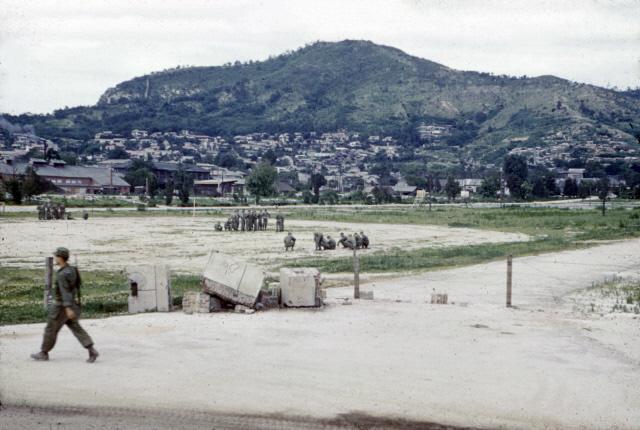 서울 용산의 옛 일본군 사령부 연병장에서 북쪽을 향해 본 남산 남쪽 자락.