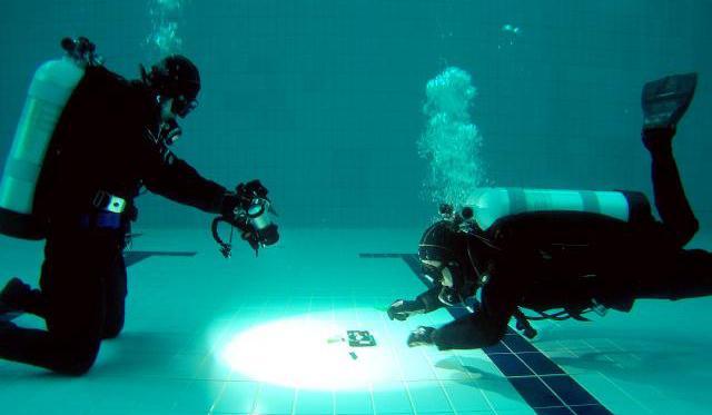 해군헌병단 중앙수사대 과학수사팀 수중감식 수사관과 요원들이 수증 증거물 채취 기법훈련을 하고 있다.    해군헌병단 제공