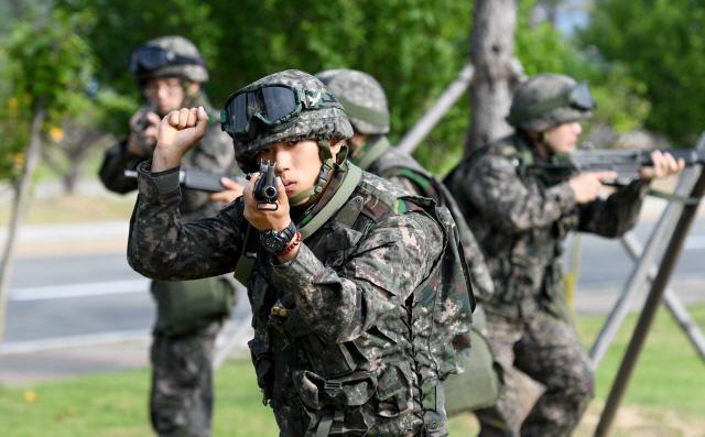 해군교육사 3경비중대 5분전투대기부대 정재호 하사가 거동수상자 침입을 가정한 훈련에서 부대원들을 지휘하고 있다.
