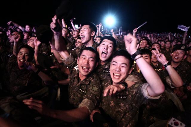 출연 가수들의 무대에 환호하는 육군6사단 장병들.