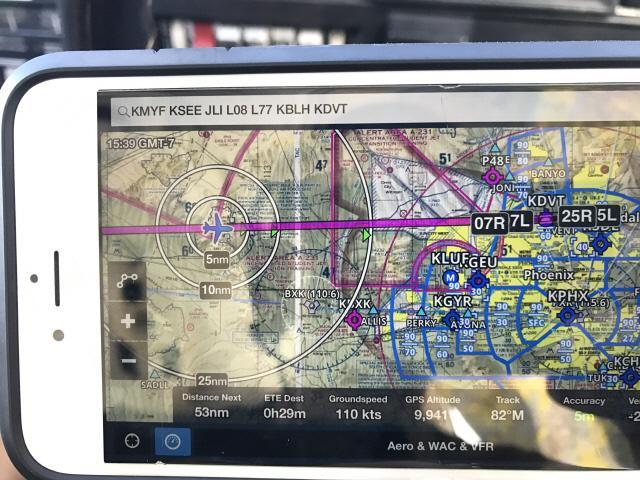 샌디에이고에서 피닉스로 가는 항로를 표시해주는 전자 항공 지도.