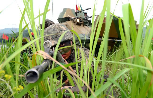 14일 경기도 파주시 임진강 일대에서 열린 급속도하훈련에서 육군2기갑여단 불사조대대 장병들이 K200A1 장갑차를 이용해 강을 넘어간 후 후속 부대를 위해 주변 경계를 하고 있다.