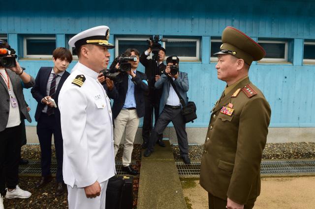 회담에 참석하는 우리 측 대표단을 인솔하기 위해 나온 북측 관계자와 우리 측 연락장교가 군사분계선을 사이에 두고 대화하고 있다.