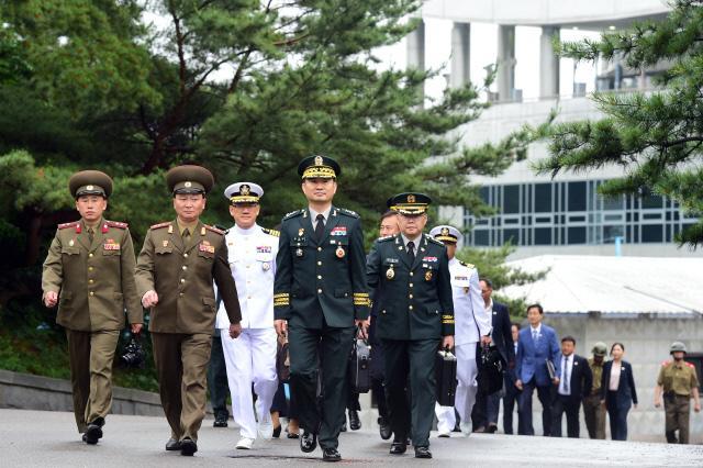 김도균 국방부 대북정책관을 비롯한 남측 대표단이 남북장성급 군사회담에 참석하기 위해 이동하고 있다.