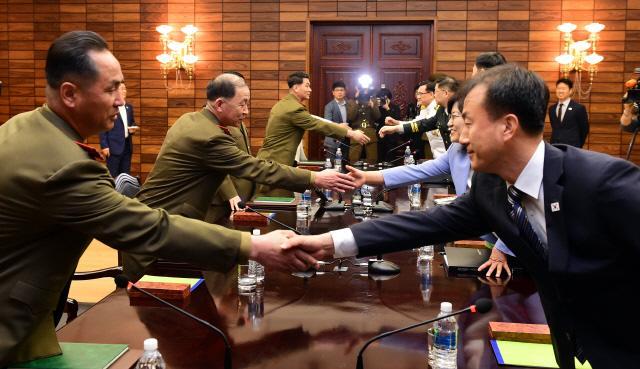 남북장성급 군사회담 우리 측 대표단이 회담에 앞서 북측 대표단과 인사를 나누고 있다.