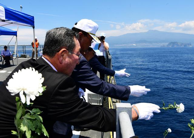 해군7기동전단 행사 참가자들이 서애류성룡함에서 호국영령의 넋을 기리는 해상 헌화를 하고 있다.  사진 제공=조원혜 중사