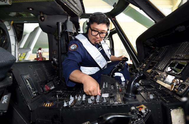 항공 전자 직별 곽경훈 상사(진)가 포항기지 헬기 격납고에서 UH-60 상륙기동헬기의 통신장비를 점검하고 있다. 양동욱 기자