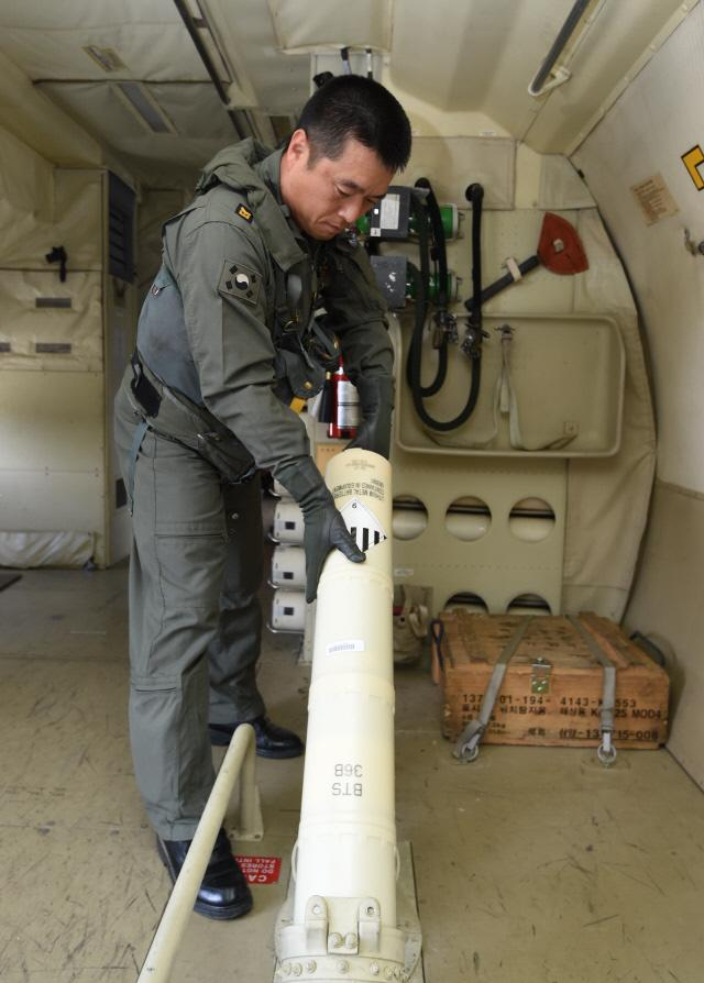 P-3 해상초계기 무장 조작사 조한국 중사가 바다 위에 뿌려 수중 음파를 탐지하는 소노부이(Sonobuoy) 투하를 준비하고 있다. 양동욱 기자